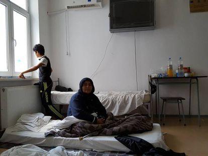 A iraquiana Sama e um de seus netos no quarto do centro de Galati (Romênia)