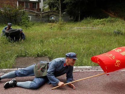 Trabalhadores realizam exercícios militares no acampamento chinês de Jinggangshan.
