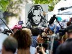 Fanáticos de la cantante Britney Spears se manifiestan afuera de los juzgados de Los Ángeles.