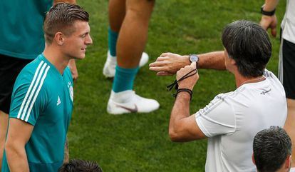O treinador Joachim Löw conversa com Kroos em treinamento da Alemanha.