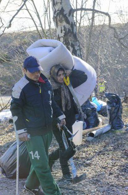 Dois ciganos desalojados de um acampamento em Estocolmo em 14 de março.