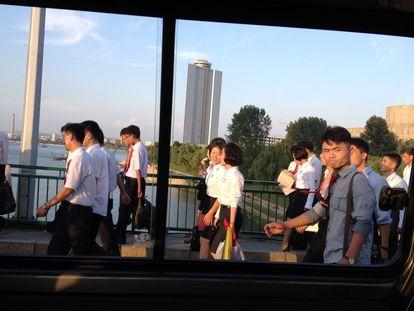 Estudantes cruzam uma ponte sobre o rio Taedong em Pyongyang, a capital da Coreia do Norte, no final de agosto depois de participar de um ato em um estádio. Na cidade vivem 2,5 milhões de fiéis ao regime (10% da população do país), famílias que demonstraram absoluta lealdade à dinastia dos Kim durante gerações.