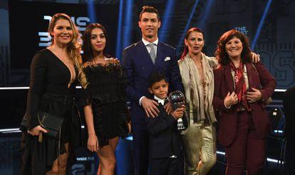 Cristiano Ronaldo, com sua namorada, Georgina Rodríguez; sua mãe, Dolores Aveiro (à direita), seu filho mais velho e duas de suas irmãs, em Zurique, em 2017.
