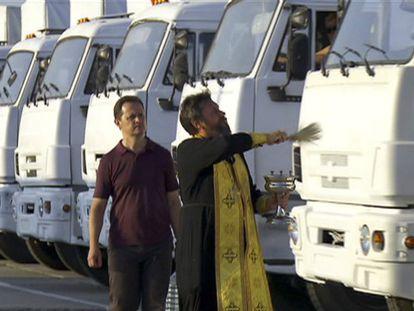 Um integrante da Igreja Ortodoxa russa abençoa o comboio. Foto: AP | Vídeo: Reuters Live!