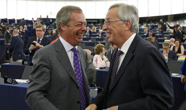 O líder do UKIP britânico conversa com Juncker na Eurocâmara.