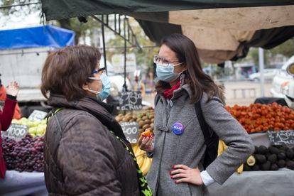 Irací Hassler agradece e recebe comentários dos cidadãos enquanto caminha em uma tradicional feira de sua comuna.