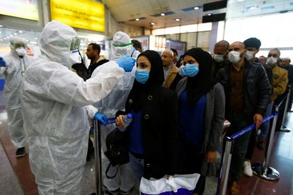 Controles médicos contra o coronavírus no aeroporto de Najaf, no Iraque.