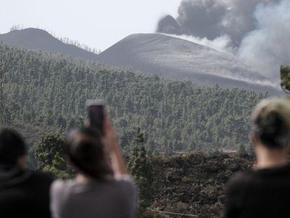 A erupção do vulcão Cumbre Vieja vista da localidade de El Paso nesta quinta-feira. Em vídeo, imagens da nova boca do vulcão.