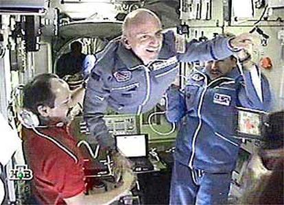 O milionário norte-americano Dennis Tito, durante sua estadia na Estação Espacial Internacional.