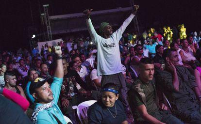 O público, em sua maioria guerrilheiros, assiste com entusiasmo o show de abertura com o grupo Alerta Kamarada.