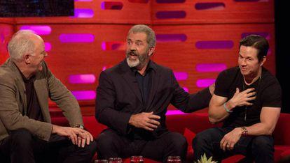 Da esquerda para a direita, os atores John Lithgow, Mel Gibson e Mark Wahlberg, na gravação do programa 'Graham Norton Show'.