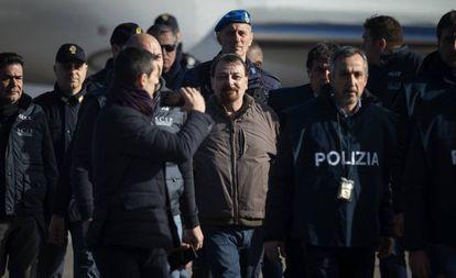 O ex-terrorista de extrema esquerda, Cesare Battisti, ao chegar na segunda-feira ao aeroporto de Ciampino em Roma.