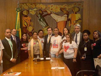 Grupo de mães se reuniu nesta terça com deputados federais, entre eles Rodrigo Maia, presidente da Câmara, e Alessandro Molon.