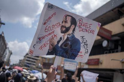 Milhares de manifestantes foram às ruas de San Salvador.