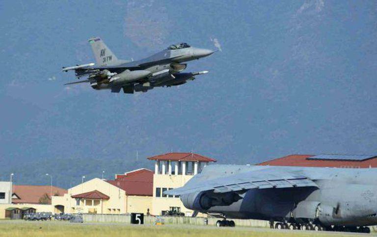 Um caça F-16 dos EUA rumo a Turquia.