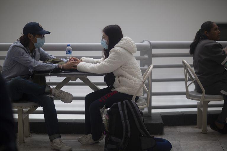 Pasajeros de diversas aerolineas esperan en la terminal 1 y 2 de la Ciudad de México. La industria de las aerolíneas ha sido una de las más golpeadas económicamente ante la emergencia internacional por el brote de coronavirus. Entre las miles de cancelaciones de sus pasajeros y la dificultad de continuar ofreciendo sus servicios. Aeroméxico anunció suspensiones y revisiones en más de 50 rutas que realizaba regularmente. Hay cambios en sus viajes a Asia, Europa, Estados Unidos, Canadá, Sudamérica y por supuesto, todos sus vuelos al interior de México. 21 de marzo del 2020, Ciudad de México, México.