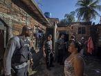 A polícia investiga um duplo homicídio na Baixada Fluminense