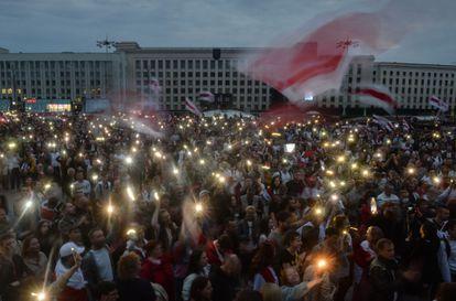 Manifestantes contrários ao presidente participam de um protesto nesta quinta-feira em Minsk.