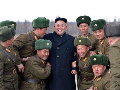 Kim Jong-un rodeado de militares nesta segunda.