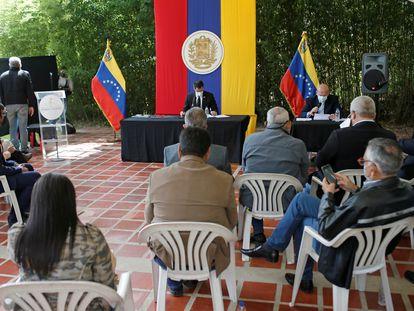 O líder da oposição, Juan Guaidó, participa de uma sessão da Assembleia Nacional em um parque em Caracas, em 15 de dezembro de 2020.