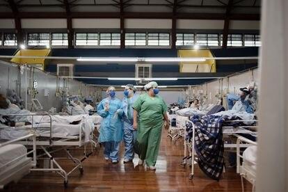 Profissionais de saúde trabalham em uma das alas do hospital de campanha.