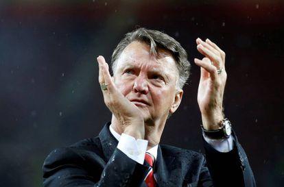 Van Gaal aplaude os torcedores do United.