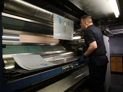 Funcionário da rotativa do El País, colocando as pranchas em 15 de dezembro.