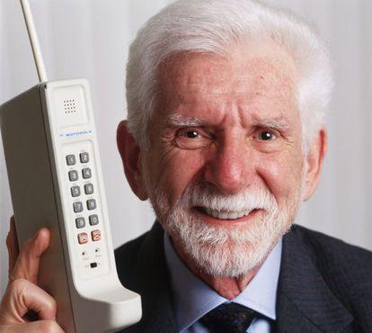 Martin Cooper, com o primeiro telefone celular.