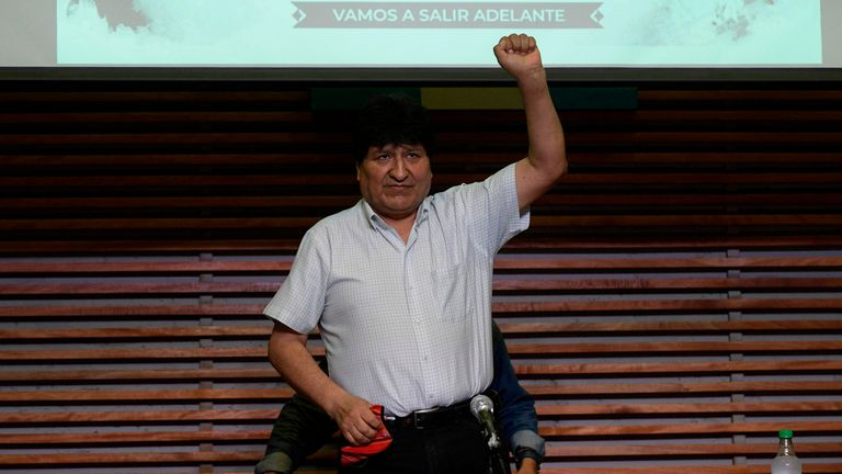 Evo Morales, ex-presidente da Bolívia, após coletiva de imprensa em Buenos Aires nesta segunda-feira, 19 de outubro.