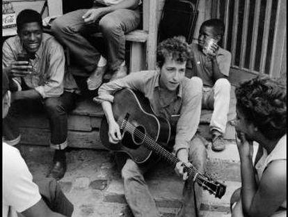 Dylan, num escritório a favor dos direitos civis dos EUA, em 1963, em Greenwood (Mississippi).
