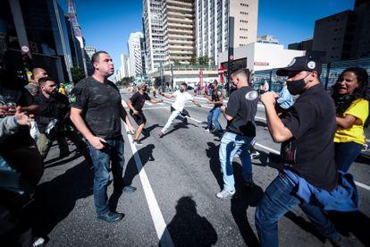 Manifestantes pró e contra Jair Bolsonaro se enfrentam na avenida Paulista neste domingo.