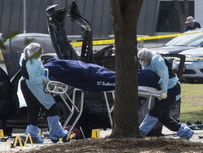 Agentes retiram o cadáver de um dos autores do atentado no Texas.