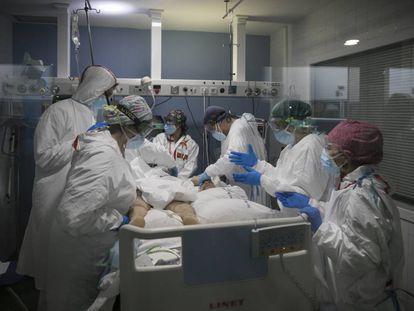 Profissionais de saúde tratam de paciente com covid-19 na UTI do Hospital del Mar, em Barcelona, em 30 de janeiro.