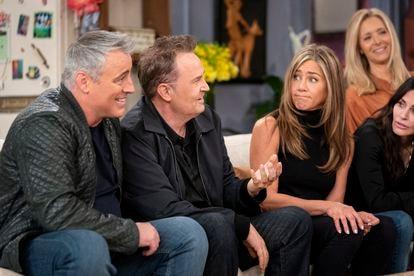 O elenco de 'Friends' lembrando histórias no antigo cenário da série.