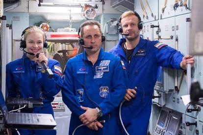 Peresild, o astronauta Anton Shkaplerov e o cineasta Klim Shipenko no seu último treinamentono Centro de Preparação de Astronautas, em 8 de setembro