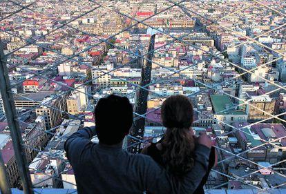 Um casal olha para o horizonte na Cidade do México.