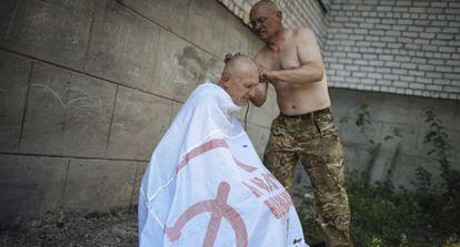 Pró-russos abrem um corredor humanitário no leste da Ucrânia.