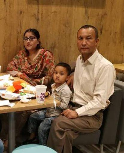 Ablikim Yusuf posa junto com sua família, em uma foto sem data em Islamabad.