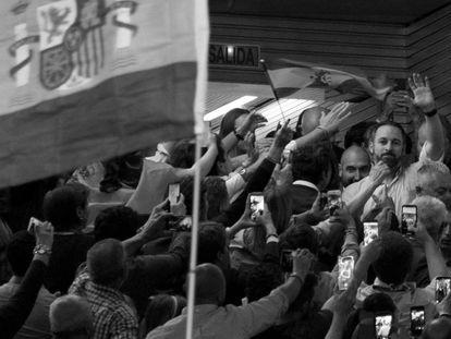 Santiago Abascal, líder do espanhol Vox, ao chegar em um comício no dia 24 de abril.