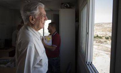 Vargas Llosa no escritório que serve como prefeitura de Susiya.