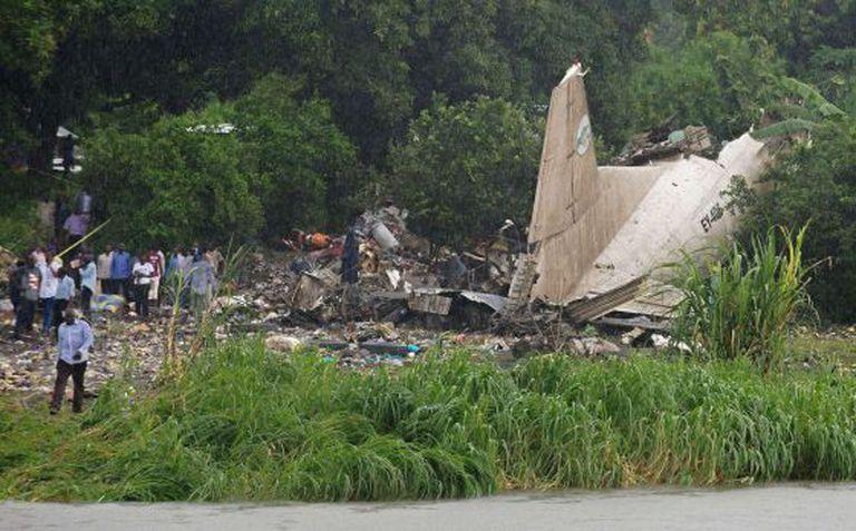 Restos da cauda e da fuselagem do avião acidentado.