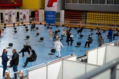 Pessoas repousam após receber a vacina Sputnik V em um ginásio de Skopje (Macedônia do Norte), nesta segunda-feira.