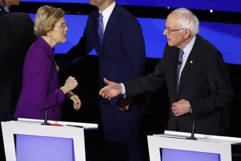 A senadora democrata Elizabeth Warren e o senador Bernie Sanders saúdam-se no debate.