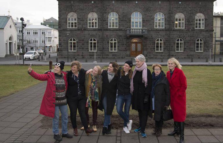 Da esquerda para a direita, a rapper Duridur B. Johansdottir, a líder feminista Brynhildur H. Ómarsdóttir, a educadora Margrét Pñ Ólafsdóttir, a deputada Rósa B. Brynjólfsdóttir, a rapper Ragnhildur Jonasdottir, a professora Hanna B. Vilhjálmsdóttir, a ex-deputada e especialista Kristín Ástgeirsdóttir e a vereadora Heida B. Hilmisdóttir, diante do Parlamento da Islandia.
