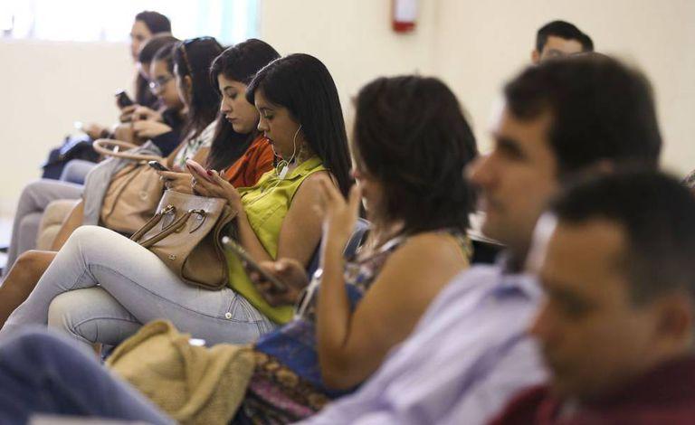 Eleitores aguardam para regularizar o título em Brasília, em maio.