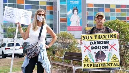 Manifestantes antivacinas diante de um hospital de Montreal, em 13 de setembro.