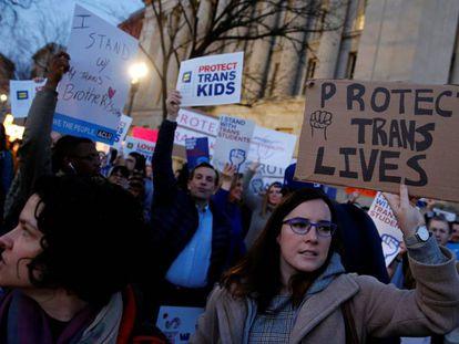 Governo republicano retira proteções federais aos estudantes transgênero