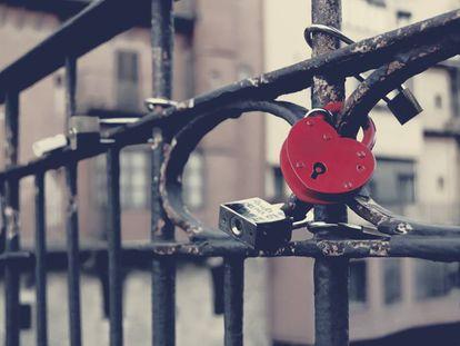 Cavalheiro ou controlador? Quando o cadeado do amor significa posse e maus-tratos