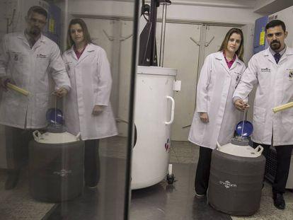 Os médicos Lígia Melo Silva e João Marcos Meneses no banco de ovários da Maternidade Escola da Universidade Federal do Ceará.
