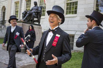 Ex-formandos de Harvard com trajes a rigor em 26 de maio, dia das formaturas. Mitch Dong, em primeiro plano, é membro do Fly Club.